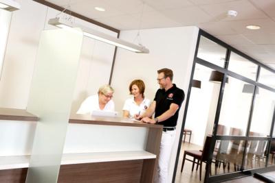 Orthopädie Velbert - Dr. Kindhäuser & Dr. Laserich - Empfang der Praxis für Orthopädie, Unfallchirurgie und Sportmedizin